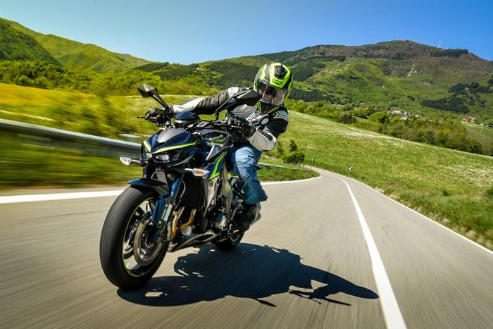 La Kawasaki è precisa e stabile sugli asfalti perfetti, mentre soffre un po' lo sconnesso