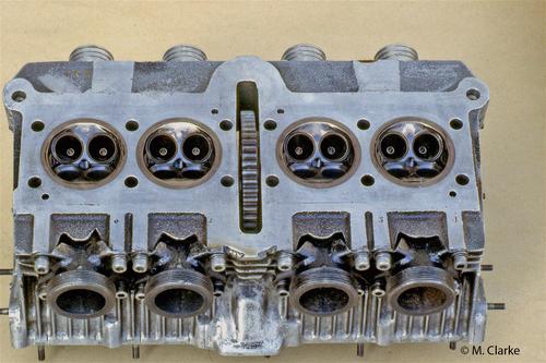 In questa immagine della testa di una MV 500 quadricilindrica da GP dei primi anni Settanta sono ben visibili le calotte in bronzo (installate con interferenza) nelle quali sono ricavate le pareti delle camere di combustione e le sedi delle valvole