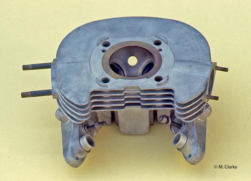 In diversi motori di serie degli anni Cinquanta-Sessanta sono state impiegate calotte in ghisa incorporate di fusione nella testa. Meno frequente è stata l'adozione di calotte in bronzo; qui viene mostrata quella della Parilla 175