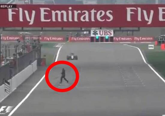 F1 Cina 2015, FP2: un folle attraversa il rettilineo. Arrestato [video]