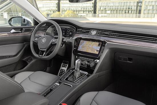 Tipicamente VW con enfasi per i tratti orizzontali, l'interno Arteon