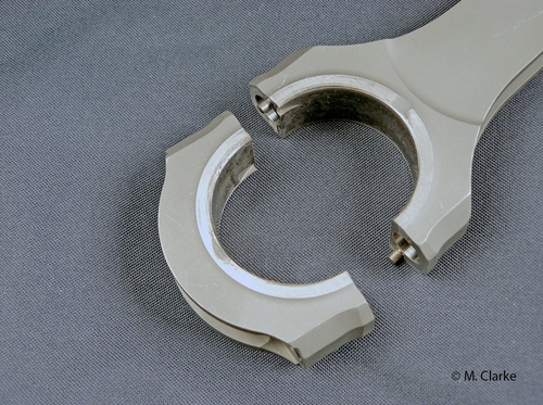 Un sistema largamente impiegato per il centraggio del cappello delle bielle dei motori di potenza specifica molto elevata prevede il ricorso a due grani calibrati, ben visibili nella foto