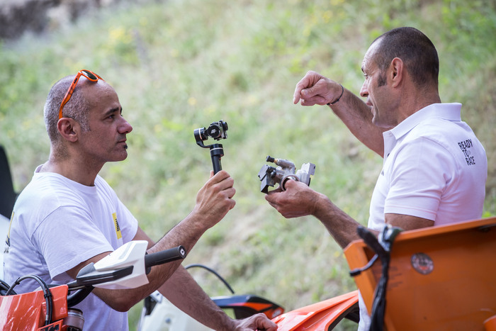 Arnaldo Nicoli ci mostra il corpo farfallato: al suo interno viene spruzzato l'olio