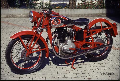 Alla fine degli anni Trenta la Sertum è stata una delle più grandi case motociclistiche italiane. Questa è una 250 con sospensione posteriore a forcellone oscillante, sul quale agiva un'unica molla a balestra alloggiata nella parte scatolata del telaio posta sotto la sella