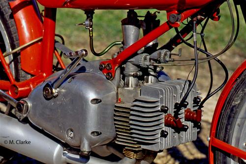 Il motore della Rumi 125 era un bicilindrico a due tempi dalla architettura inconfondibile, in grado di fornire elevate prestazioni. Questa è una versione con due carburatori e cilindri in lega di alluminio con canna cromata
