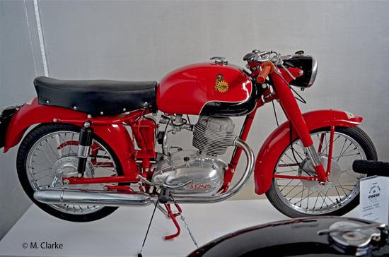 La Demm 175 è stata una moto di notevole raffinatezza tecnica. La distribuzione monoalbero era comandata da un alberello (leggermente inclinato rispetto all'asse del cilindro) alle cui estremità si trovavano due coppie coniche