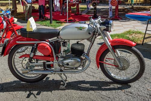 Uno splendido esemplare di Alpino 125 Sport di metà anni Cinquanta, accuratamente restaurato e in perfetta efficienza. Come si può notare, il motore è dotato di due condotti di scarico