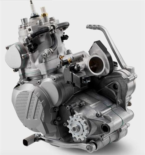 Nei nuovi motori KTM con iniezione indiretta il corpo farfallato da 39 mm provvede anche a fornire alla camera di manovella, assieme all'aria aspirata, una quantità d'olio accuratamente dosata