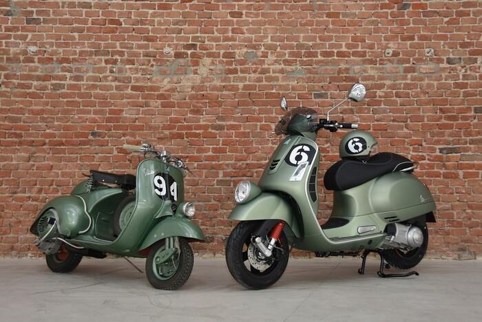 La Vespa Sei Giorni, accanto alla Vespa Sport che trionfò nel 1951
