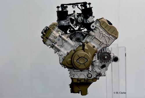 Il nuovo motore Ducati è molto compatto grazie alla rotazione all'indietro dei cilindri, che sono a V di 90° ma non più a L. L'estremità della testa posteriore è praticamente allineata con il margine del basamento