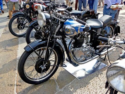 La belga FN, nata come fabbrica di armi, è stata una realtà di notevole importanza in campo motociclistico. La sua 500 monocilindrica aveva già il cambio in blocco negli anni Trenta