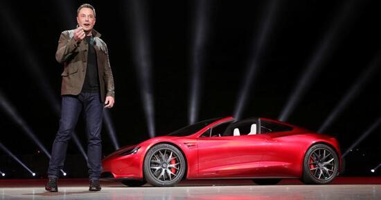 Musk alla presentazione odierna con la futura roadster