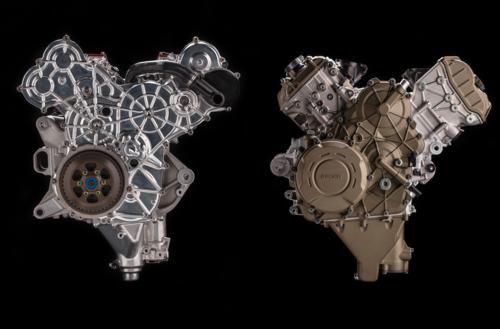 """L'immagine mette a confronto il motore della Ducati MotoGP con il Desmosedici Stradale. Gli schemi costruttivi sono analoghi. Il coperchio laterale """"copia"""" strettamente gli organi interni e fa ben capire qual è la disposizione dei componenti della trasmissione primaria"""