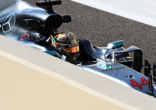 F1, GP Abu Dhabi 2017: il casco mondiale di Hamilton e le altre news