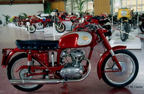 Negli anni Sessanta la Ducati ha puntato piuttosto poco sulla sua 125 monoalbero, per quanto riguarda il mercato italiano. Benché la gamma fosse assai nutrita e diversificata (comprendeva anche ciclomotori e moto a due tempi) le attenzioni erano largamente rivolte ai modelli di cilindrata maggiore