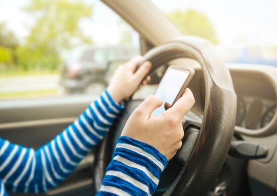 Manovra, salta la stretta sull'uso dei cellulari in auto