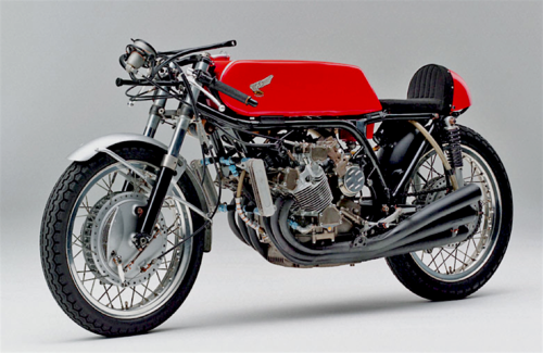 Negli anni Sessanta per contrastare le moto a due tempi, la cui potenza aumentava di stagione in stagione, la Honda ha realizzato degli straordinari motori da GP ultrafrazionati, da tempo entrati nella leggenda. Questa è la meravigliosa 250 a sei cilindri