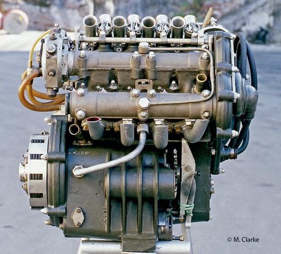 L'immagine consente di apprezzare la grande compattezza trasversale del motore a 8 cilindri a V della Guzzi 500 da Gran Premio degli anni Cinquanta, ottenuta adottando una architettura a V. L'elevato frazionamento consentiva di ottenere una potenza più elevata rispetto a quella della concorrenza a quattro cilindri