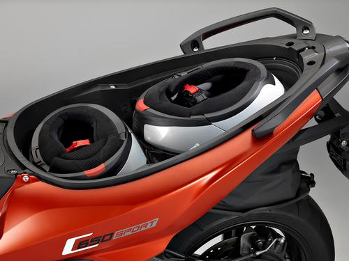 Mantenuto il vano sottosella estensibile che permette di ospitare due caschi integrali anche con le linee rastremate del codino del C650 Sport