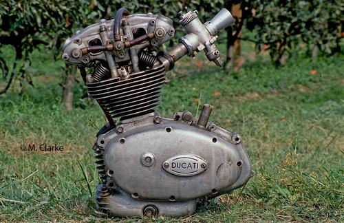 """Il motore delle prime Ducati 125 da Gran Premio era praticamente quello della """"Marianna"""" dotato di una distribuzione bialbero. Ben presto però la casa bolognese ha imboccato una strada diversa, sviluppando per le sue moto ufficiali delle rivoluzionarie teste desmo con tre alberi a camme"""