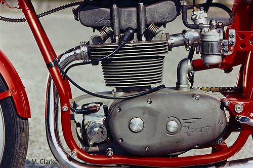 Anche i monocilindrici da competizione della MV Agusta hanno subito un intenso sviluppo nel corso degli anni Cinquanta, senza cambiare però le soluzioni tecniche di base. In questo motore di 175 cm3 si notano chiaramente il castello fissato superiormente alla testa e le molle delle valvole lavoranti allo scoperto