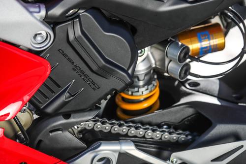 Un dettaglio della bancata posteriore con il nome del propulsore