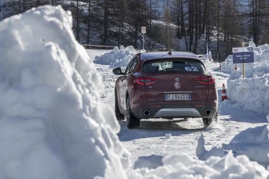 L'Alfa Romeo Stelvio Q4 va alla grande sulla neve, ma sente anch'essa una bella differenza usando le M+S