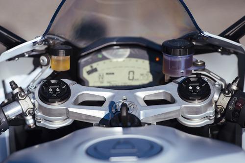 Il ponte di comando: spiccano il cruscotto LCD e le tarature della forcella Showa BPF