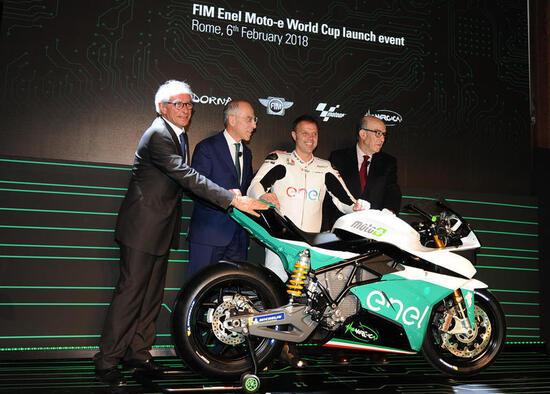 Vito Ippolito della FIM, Francesco Starace di Enel, Loris Capirossi e Carmelo Ezpeleta per la Dorna, insieme alla moto che sarà impiegata nella Moto-e World Cup