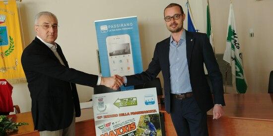 A destra il Sindaco di Passirano Francesco Pasini, a sinistra Il presidente del Motoclub RS77 Renato Tonoli. Nella foto in alto, un momento della conferenza stampa
