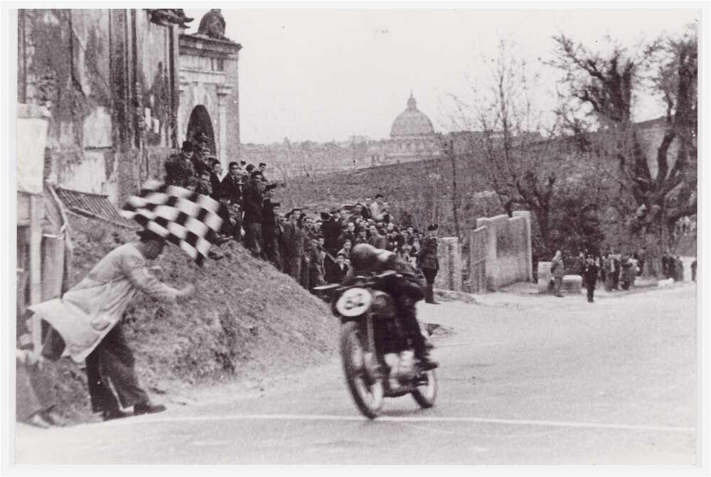 Per diverso tempo, subito dopo la guerra, la corsa in salita che si svolgeva sulla via Trionfale a Roma ha goduto di notevole popolarità. Questo è Ettore Villa su Gilera 500 nella edizione del 1948