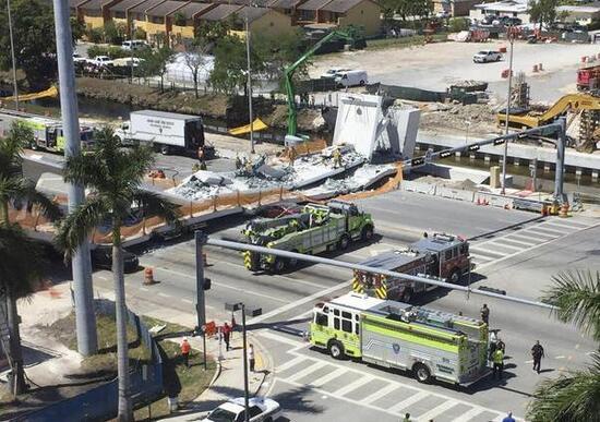 Crolla un ponte a Miami Morti nelle auto schiacciate