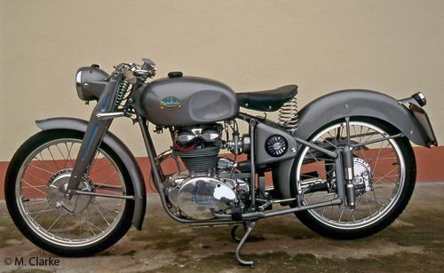 Quando la Mondial ha iniziato a costruire moto di serie ha adottato lo stesso tipo di sospensione posteriore, a ruota guidata, che impiegava sulle sue 125 bialbero da Gran Premio. Questa è una 200 del 1951