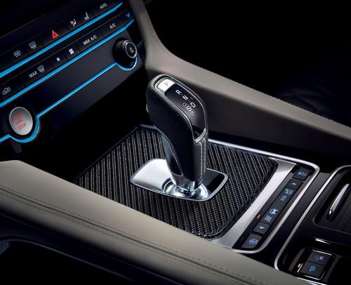 Jaguar F-Pace SVR: ecco il nuovo SuperSUV inglese che sfida Alfa Stelvio - video (5)