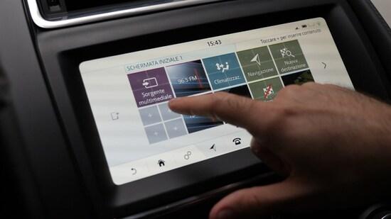 Il sistema Infotainment Jaguar 10'' si adatta molto bene ai cambi di luce ed è personalizzabile