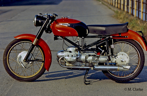Nella IMN Rocket il motore a due cilindri contrapposti oscillava assieme al forcellone, in un braccio del quale era alloggiato l'albero di trasmissione