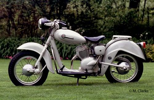 Il Motom Delfino impiegava posteriormente una sospensione a forcellone oscillante, sulla quale agiva una molla, costituita da una serie di elementi in gomma lavoranti a compressione, collocata in un astuccio orizzontale piazzato sotto il motore
