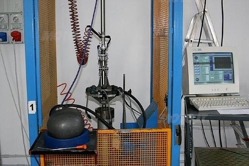 Macchina test d'impatto con falsatesta (Laboratori Vemar Helmets)