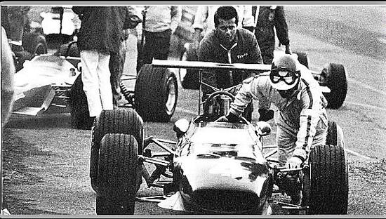 50 anni fa anche un pilota della Ferrari poteva spesso spingere la sua monoposto ai box