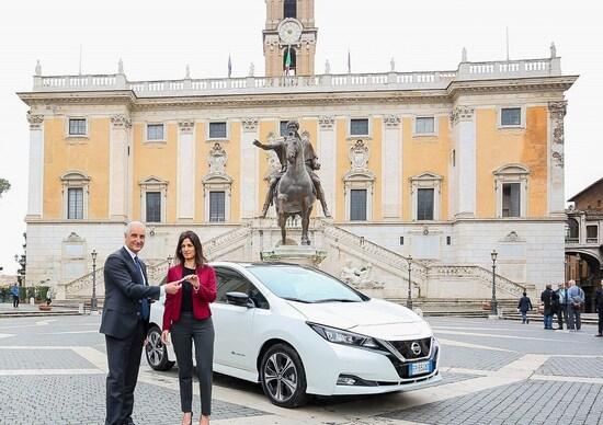 Roma, Auto del sindaco: la Raggi con Nissan Leaf elettrica