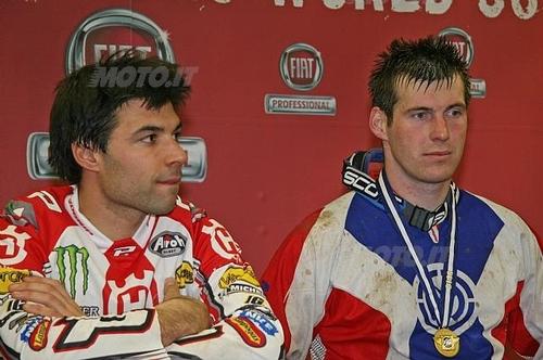 Meo vince l'Enduro Indoor di Genova (2008). Al suo fianco, incredulo, sua maestà David Knight