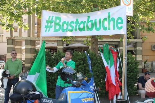 «Basta buche»: moto e scooter contro il Campidoglio