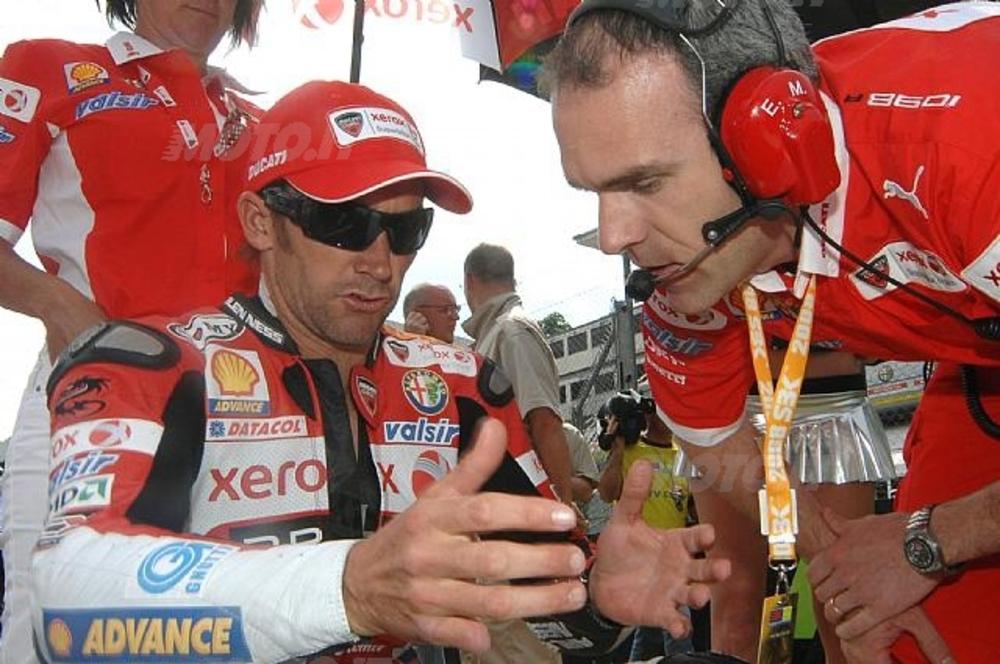 Troy Bayliss col suo ex capo tecnico della SBK, Ernesto Marinelli (foto d'archivio)