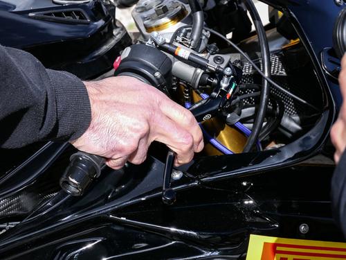 Regolazione della misurazione del potenziometro interasse: importantissima la posizione delle dita sull'incavo della leva