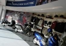 In sella al MAXI-Scooter Elettrico con indosso l'abbigliamento Vectrix