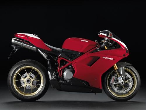"""In questa immagine di una Ducati 1098 R del 2006 si possono chiaramente apprezzare l'ampio spazio per il complesso di scarico e la grande accessibilità alla ruota posteriore che offre la sospensione """"monobraccio"""""""