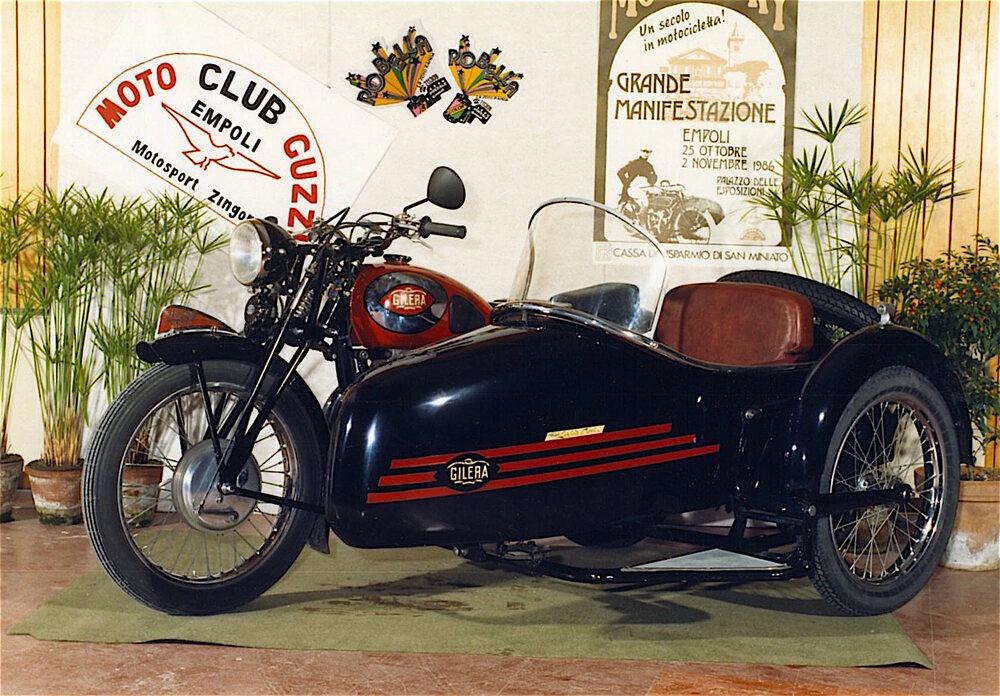 Nel dopoguerra diverse Gilera 500 sono state dotate di carrozzino. Il motore a cilindro verticale se la cavava ottimamente ed è stato impiegato anche su alcuni sidecar da competizione. Nella foto si può notare la ruota di scorta