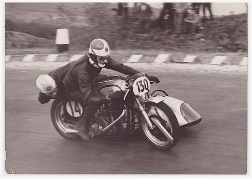 Uno dei nostri migliori specialisti negli anni Cinquanta è stato Luigi Marcelli, che ha vinto due Milano-Taranto e ha conquistato il Trofeo nazionale sidecar nel 1953. Generalmente correva su Gilera ma qui lo vediamo con una Norton bialbero