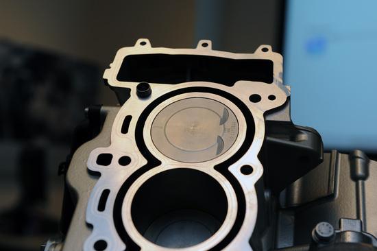 I pistoni vengono montati nei cilindri con un certo gioco diametrale, che può subire variazioni sensibili quando il motore raggiunge la temperatura di regime