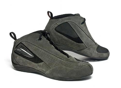 La nuova scarpetta tecnica X-Zero in tessuto scamosciato, ideale per l'uso quotidiano, anche non motociclistico